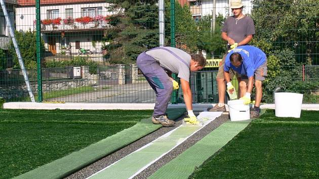 Pokládka moderního trávníku na hřišti v Konici
