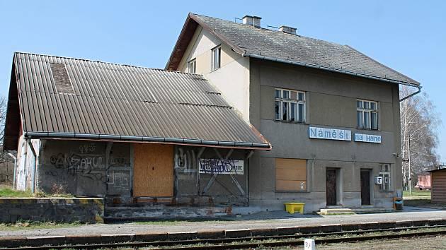 Budova náměšťského nádraží.