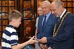 Páťáci ze ZŠ Jana Železného obdrželi osvědčení z rukou primátora Františka Jury.