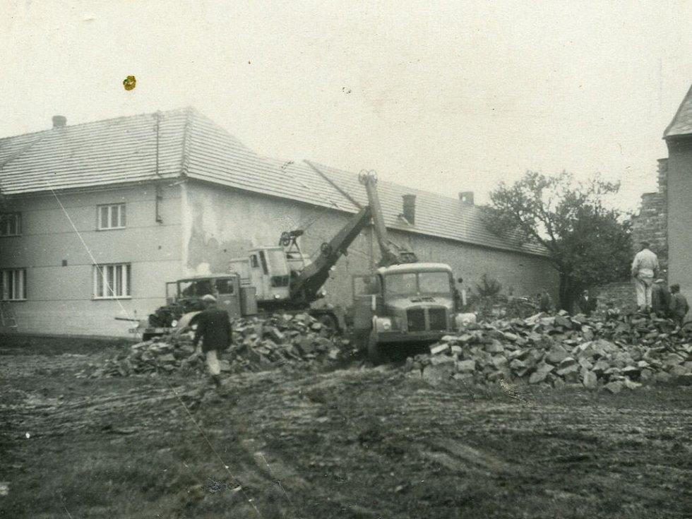 Stavba zdravotního střediska v Klenovicích na Hané v roce 1959.