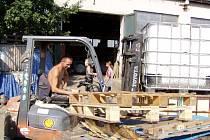 Výkupna a sklad papíru Raper pokračuje v odklízení velkého množství odpadu, který se volně nachází v okolí skladu u evropsky významné záplavové lokality Včelínské louky.