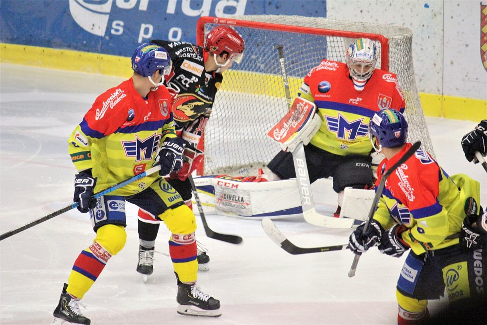 Prostějovští hokejisté (v černém) doma porazili lídra soutěže 5:3.
