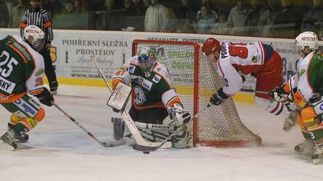 Vstřelit gól bylo pro hokejové Jestřáby v utkání s Mostem neřešitelným problémem, neprosadil se ani Michal Pšurný (ve světlém dresu) v této šanci.
