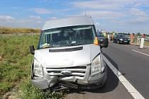 Řidič nestihl dobrzdit, vznikla srážka tří aut. Dva lidé se zranili.
