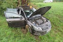 Řidič narazil na dálnici ve směru od Vyškova do stromu. Pět lidí se zranilo.