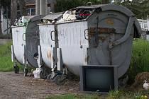 Sotva pracovníci města Plumlova uklidili prostranství u kontejnerů na staré cestě u přehrady od vyvážky suti a matrací, objevil se na místě vyhozený televizor