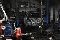 Požár automobilu a dílny v Klenovicích na Hané
