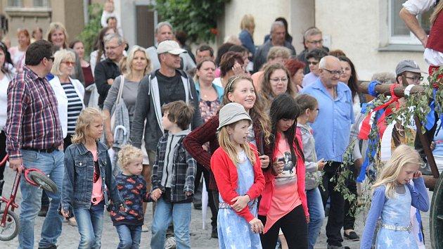 SLÁVA V URČICÍCH. Při příležitosti otevření zrekonstruovaného sběrného dvora se obcí vydal slavnostní průvod, který došel až k pomníku padlých.