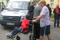 Ode dneška sváží učitelé speciální školy žáky vlastním automobilem.