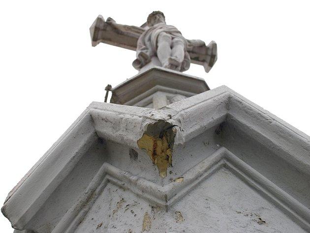 Jeden z křížů v Šafaříkově ulici v Němčicích.