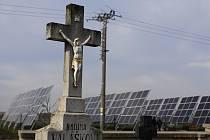 Solární panely v sousedství mostkovického hřbitova