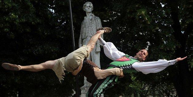Zahájení 58.ročníku festivalu poezie - Wolkrův Prostějov, Komediální akrobatické vystoupení spojené spředáním symbolického klíče od městských bran