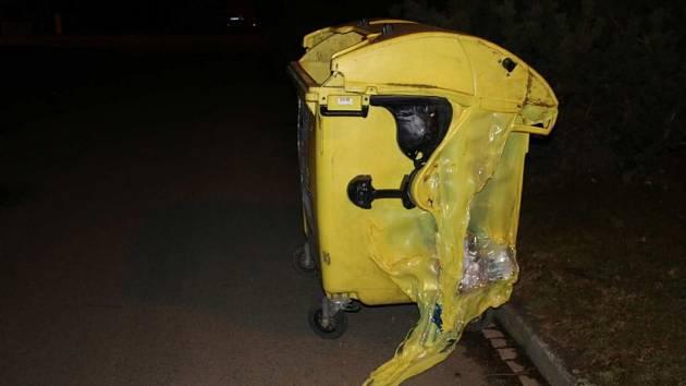 V prostějovské příčné ulici v úterý večer hořelo několik kontejnerů, dva lehly popelem