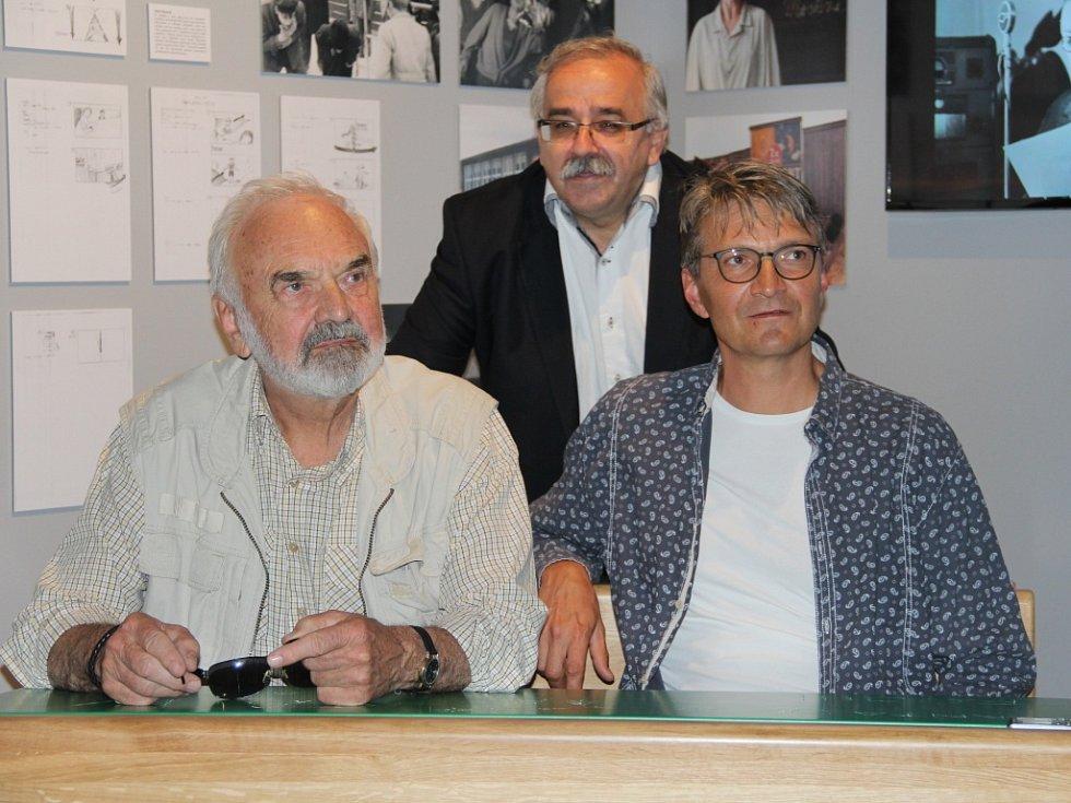 Zdeněk a Jan Svěrákovi spolu s ředitelem Vlastivědného muzea v Olomouci Břetislavem Holáskem.