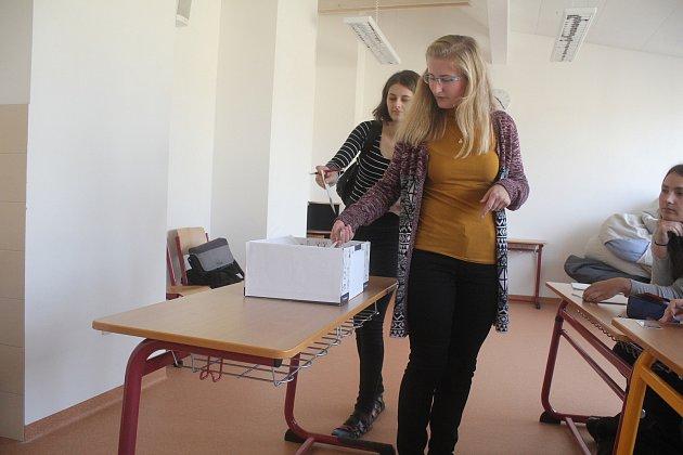 Na dvou školách v Prostějově, Cyrilometodějském gymnáziu a Obchodní akademii, se v úterý a ve středu konaly studenské volby do Poslanecké sněmovny ČR.