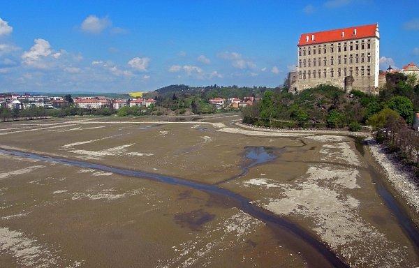 Vypuštěný Podhradský rybník vPlumlově, kvůli opravám hráze. Začátek jeho napouštění je naplánován na 20.května 2014