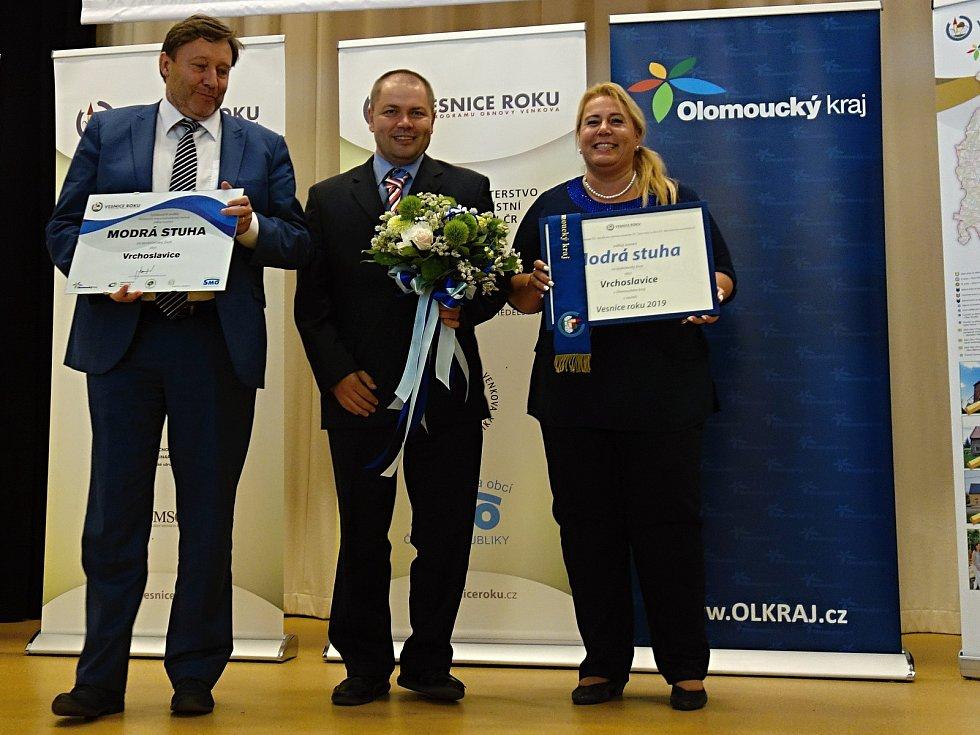 Starosta Vrchoslavic Dušan Svozílek (uprostřed). Tři stuhy v soutěži vesnice roku získaly obce z regionu.