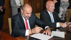 Podpis koaliční smlouvy mezi ANO, Pévéčkem, ODS a ČSSD v Prostějově