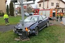 Řidič octavie v Kostelci na Hané během chvíle hned dvakrát boural. Odneslo to auto i část železničního přejezdu