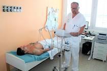 Primář interního oddělení Nemocnice Prostějov MUDr. Miloslav Špaček vyšetřuje na novém EKG přístroji