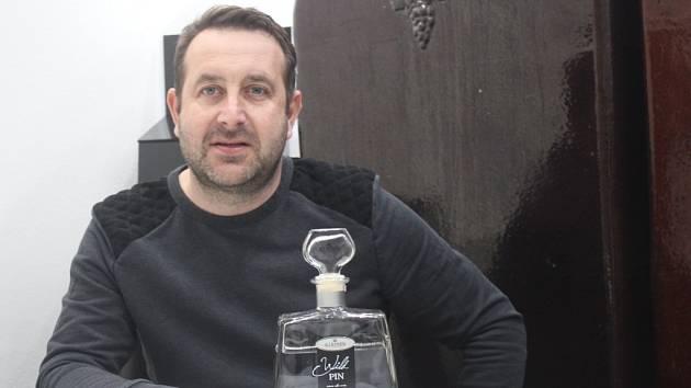 Majitel lihovaru Jan Kleiner s vítězným destilátem Wild Pin