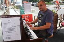 Na veřejné piano si mohou lidé zahrát od dubna. S nápadem přivézt do města piano na ulici přišla Iva Polická, která na náměstí T. G. Masaryka provozuje art kavárnu a antikvariát