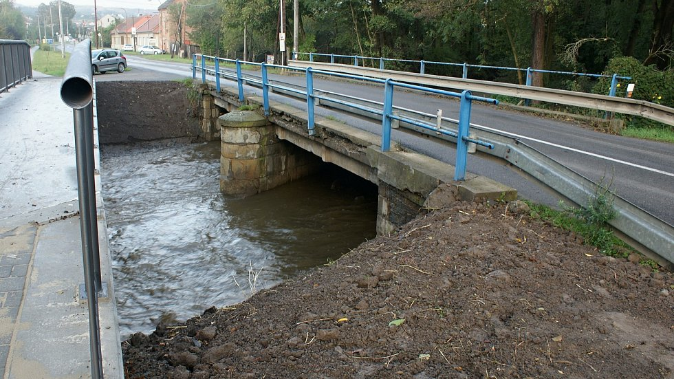Rozvodněná řeka Hloučela v Soběsukách  na Prostějovsku na druhém povodňovém stupni - 15. 10. 2020 ráno