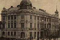Obchodní akademie vProstějově byla založena vroce 1894. Nedaleká budova internátu na rohu Kravařovy a Blahoslavovy ulice byla postavena vroce 1903