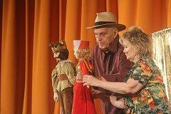 Děti v úterý potěšil herec a divadelník Jan Přeučil. S manželkou Evou jim zahrál Šípkovou Růženku.