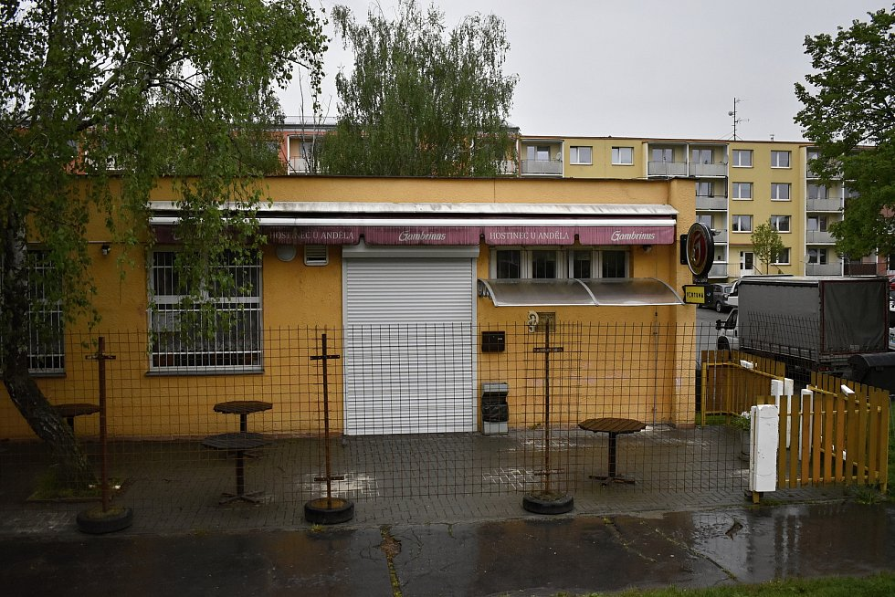 Prostějovské restaurace a pivnice čekají netrpělivě na pondělní restart výčepů. Zahrádky jsou zatím opuštěné. Hostinec U Anděla v Tylově ulici.