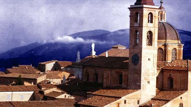 Hlas z věže hradu knížete Federica se rozléhá pěkně do široka po okolní zvlněné krajině.