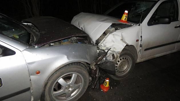 U Dzbelu se srazila dvě auta, řidiči skončili v nemocnici