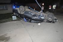 Řidič havaroval a rozhodl se prchnout. Pátrá po něm policie.