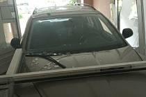 Rozlícený muž najel autem v Prostějově přímo do domovního vchodu.
