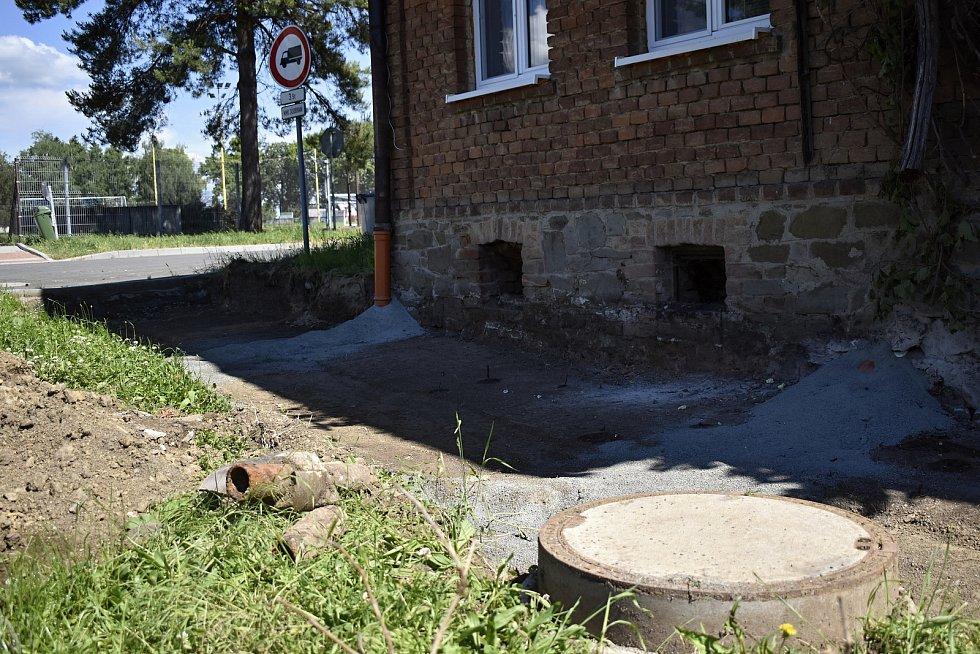 V Určicích panuje čilý stavební ruch. Budují se chodníky v lokalitě Dubské a chystá se stavba centrální křižovatky. 10.6. 2021