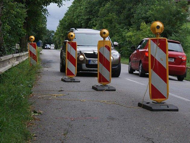 Nebezpečné dopravní omezení v zatáčce u Plumlova