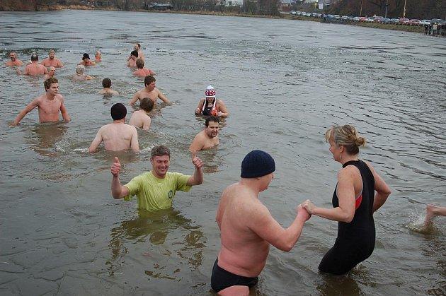 Asi čtyřicítka otužilců se přišla na Štědrý den vykoupat do Bidelce.