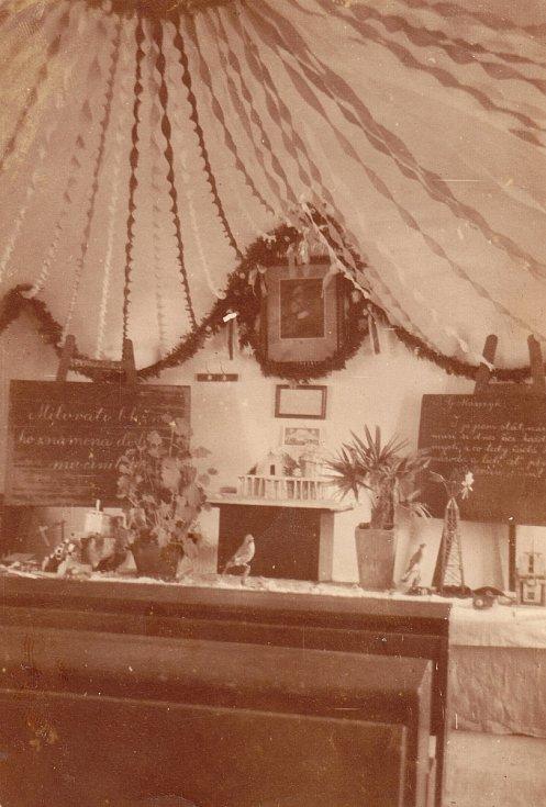 Slavnostní výzdoba třídy při příležitosti 80. narozenin prezidenta T. G. Masaryka v r. 1930.