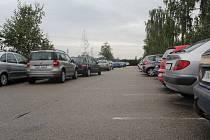 Málo místa, hlásí řidiči snažící se parkovat u nové nemocnice. Na další parkovací místa si však musí počkat.  Současná situace na parkovišti před nemocnicí. Stav ve všední den dopoledne.