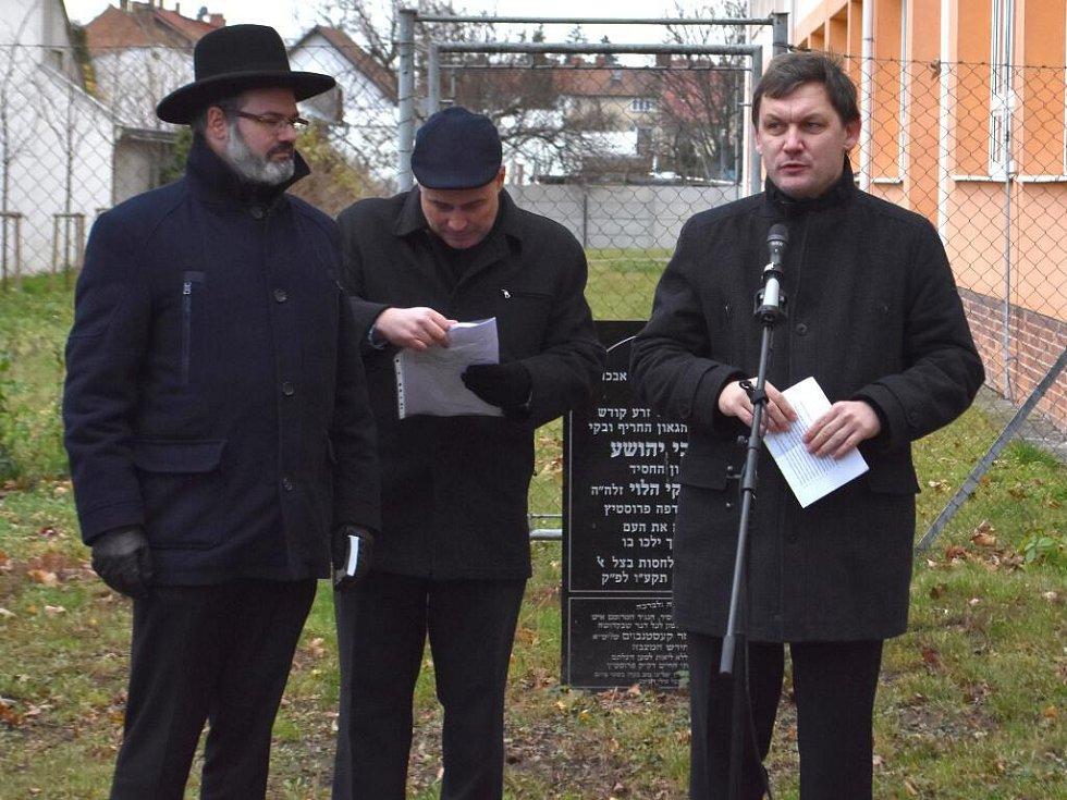 Na místě starého židovského hřbitova v Prostějově zdevastovaného za nacistické okupace se uskutečnilo u příležitosti 200. výročí úmrtí vrchního prostějovského rabína Cvi Jehošui Ha Leviho Horowitze vzpomínkové setkání. – Neděle 27. listopadu.