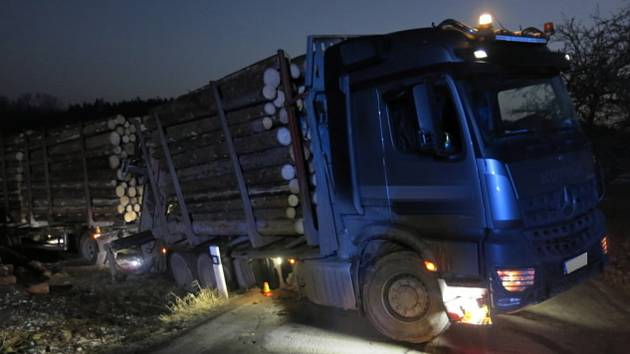 Nehoda náklaďáku se dřevem mezi obcemi Hluchov a Přemyslovice