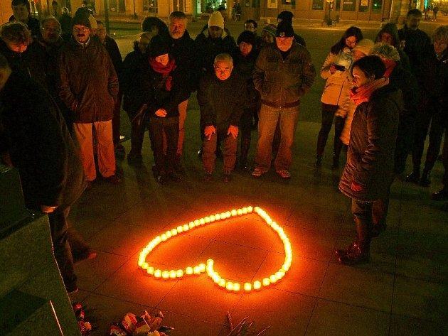 Přibližně čtyřicítka lidí si na náměstí TGM v Prostějově připomněla 17. listopad po svém.