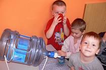 Děti ve školce v Doloplazech pijí pro jistotu balenou vodu