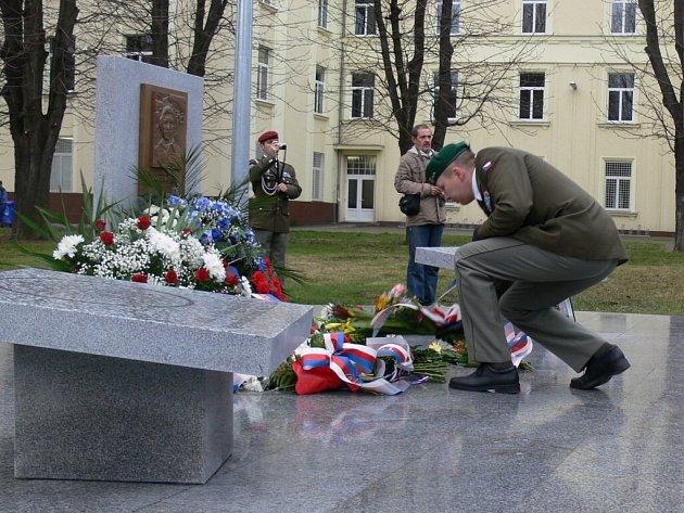Páté vyročí založení 102. průzkumného praporu doplnilo v Prostějově odhalení pamětního památníku.
