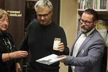 Křest knihy Projekt Wolker - mezi účastníky i Miloš Karásek, autor Wolkerovy sochy na náměstí a primátor Prostějova František Jura