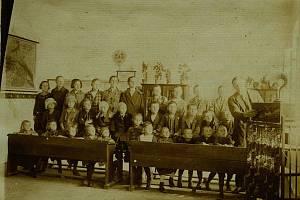 Pravidelný týdenní poslech lampového radiopřijímače, školní rok 1927-1928.