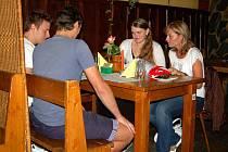 Večeře s Jestřábem! - vlevo hokejisté Musil a Sedlář, vpravo výherkyně Hanka a Monika