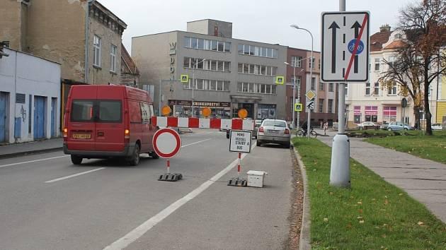 Ze zákazu vjezdu před Svatoplukovou ulicí si řidiči nic nedělají