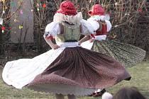 Ve Smržicích přivítal jaro folklorní soubor Klas tancem a písní. Chlapi oblečení v krojích se pak pustili do pletení kocarů.