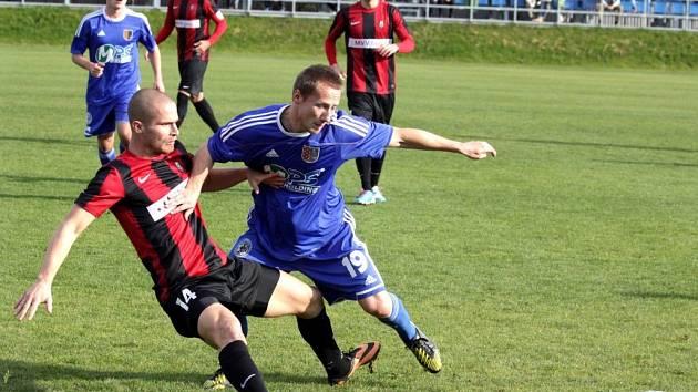 Fotbalisté  1.SK Prostějov (v modrém) proti Opavě